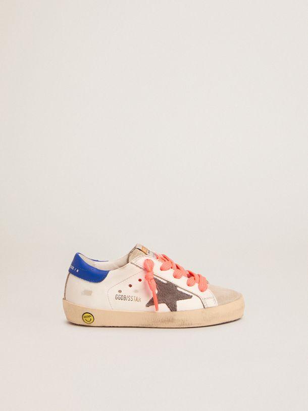 Golden Goose - Sneaker Super-Star con talloncino blu e lacci rossi in