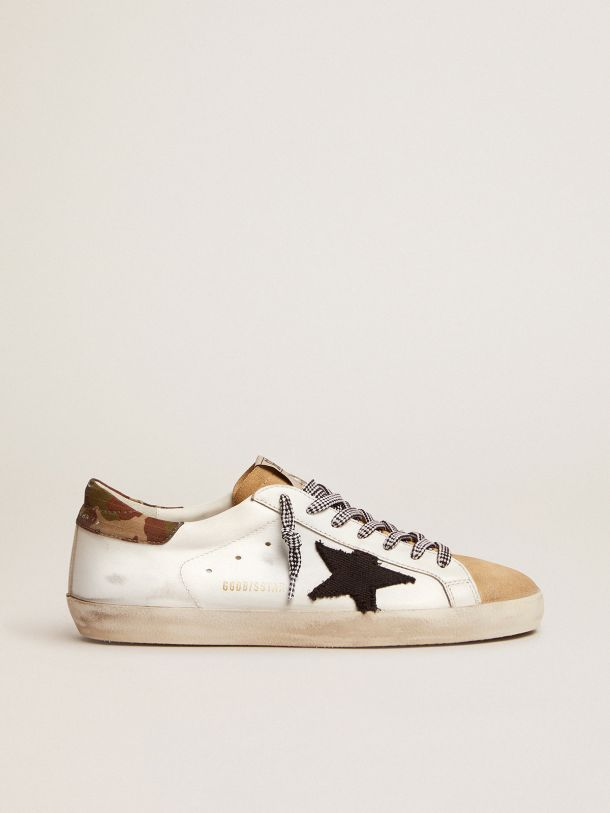 Golden Goose - Sneaker Super-Star LTD in pelle bianca con talloncino camouflage e stella in canvas nero in