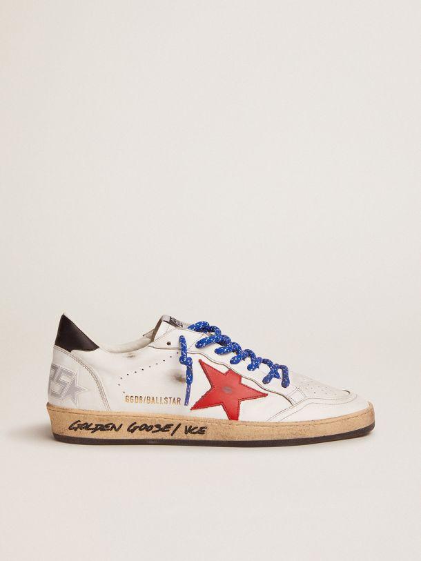 Golden Goose - Sneaker Ball Star in pelle bianca con firma sul foxing e stella in pelle rossa in