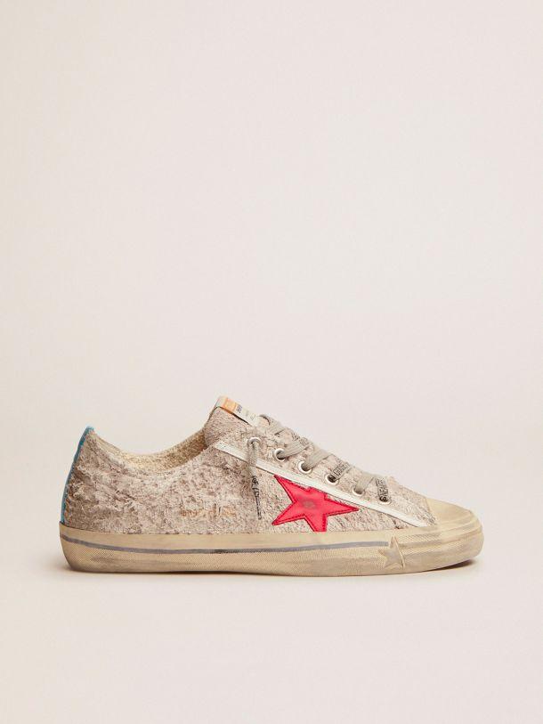 Golden Goose - Sneaker V-Star in suede bianco e stella in pelle rossa in