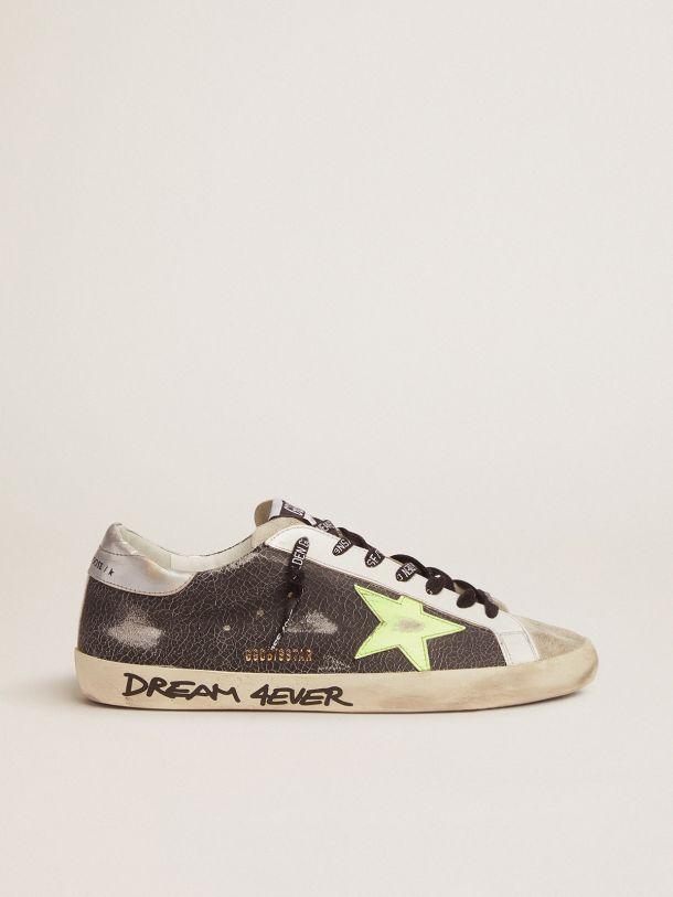 Golden Goose - Sneaker Super-Star con scritta a mano e stella giallo fluo in