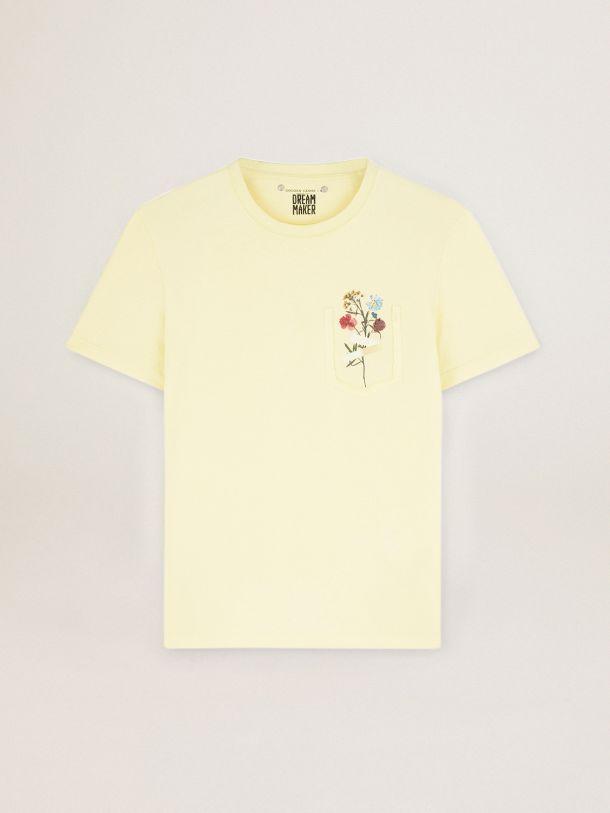 Golden Goose - Camiseta en color amarillo pastel de la colección Journey con buqué floral en el bolsillo in