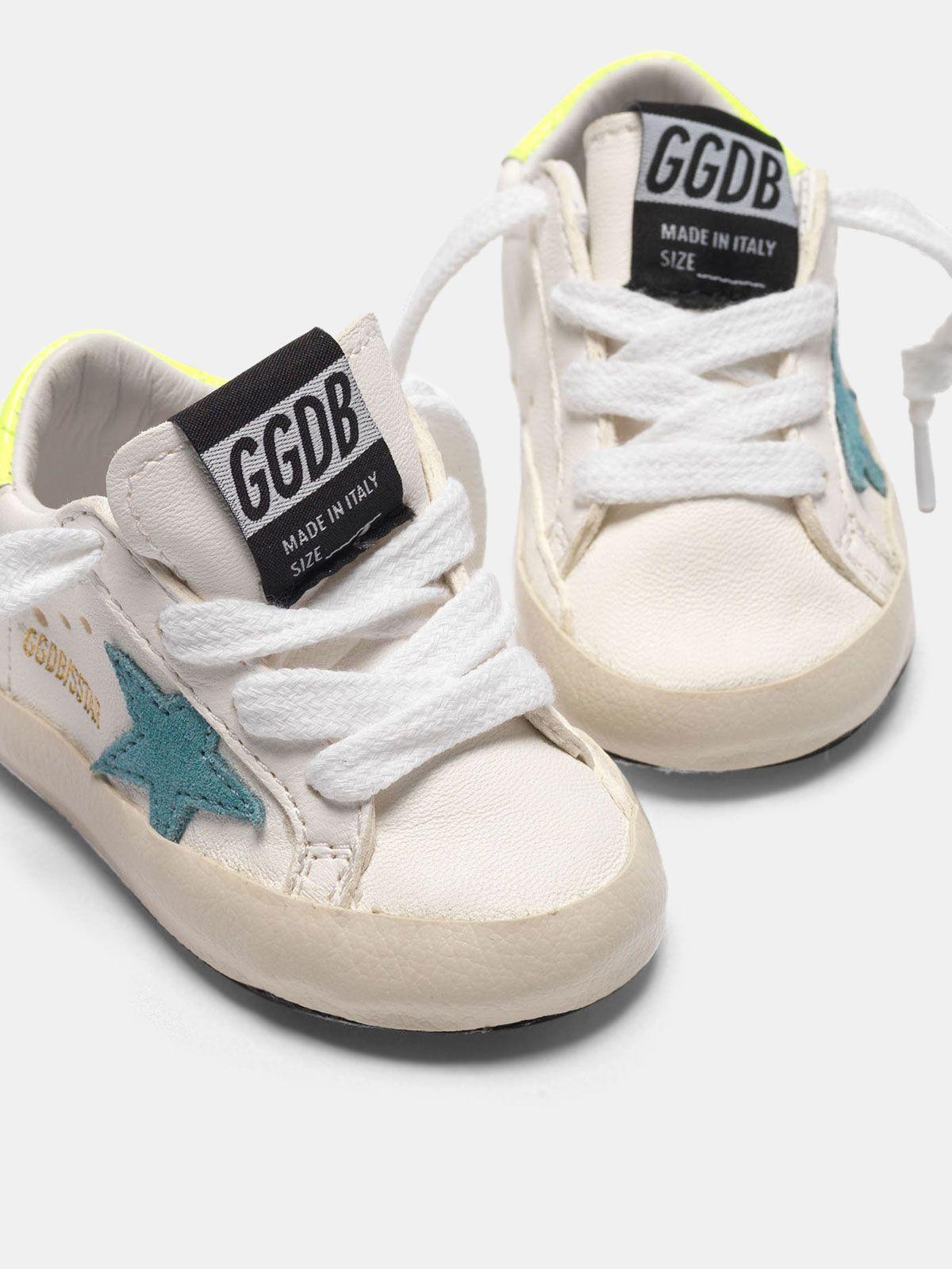 Golden Goose - Sneakers Super-Star con stella blu e talloncino giallo fluo in