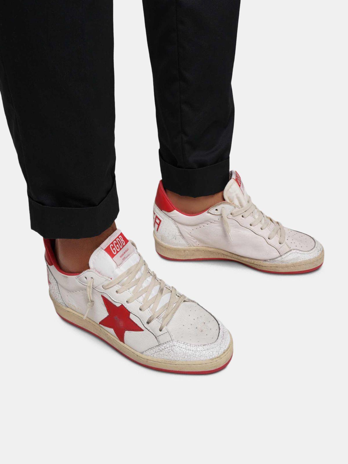 Golden Goose - Sneakers Ball Star bianche in pelle con stella e talloncino rossi in