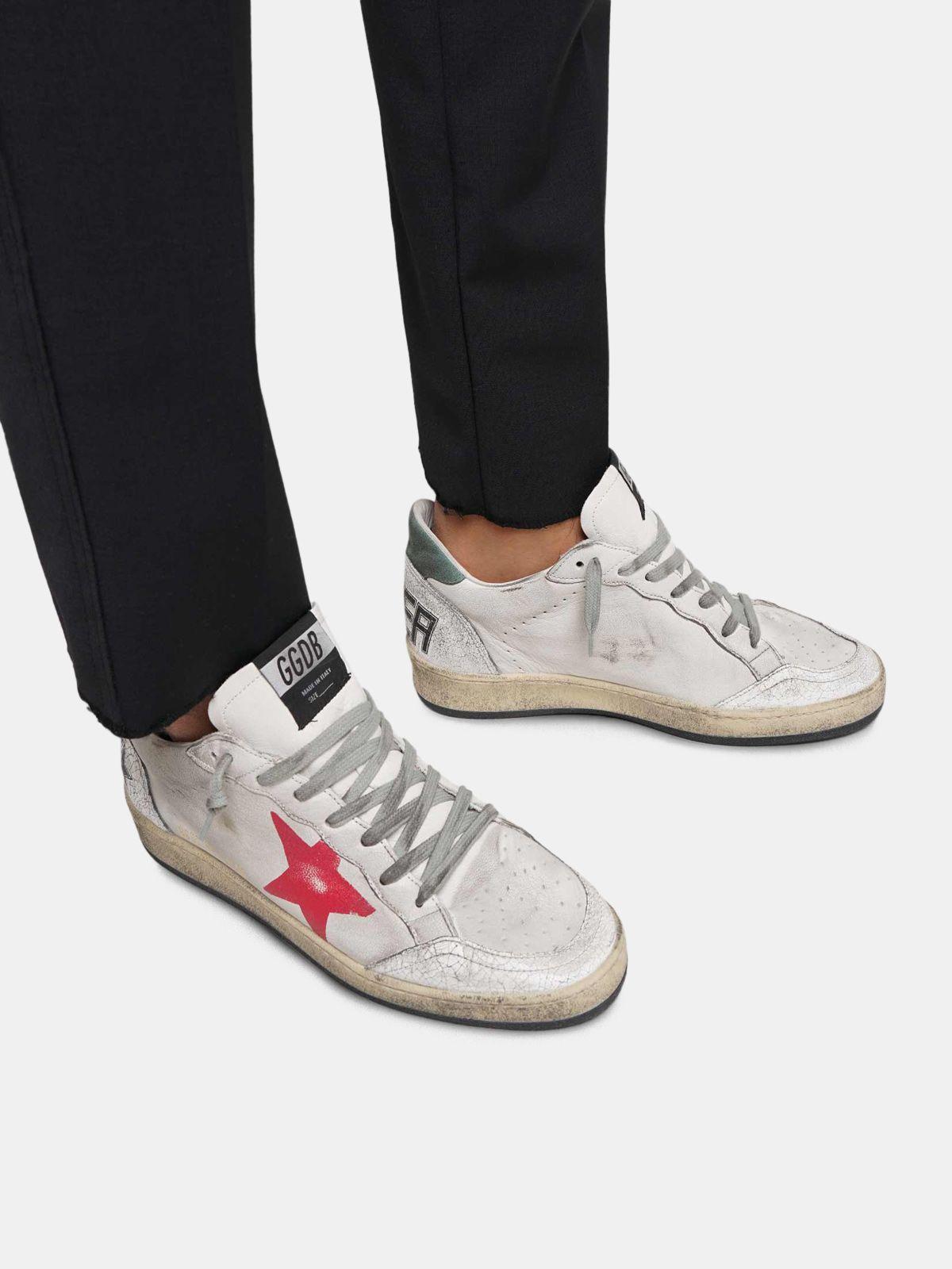 Golden Goose - Sneakers Ball Star in pelle cracklé con stella rossa dipinta a mano in